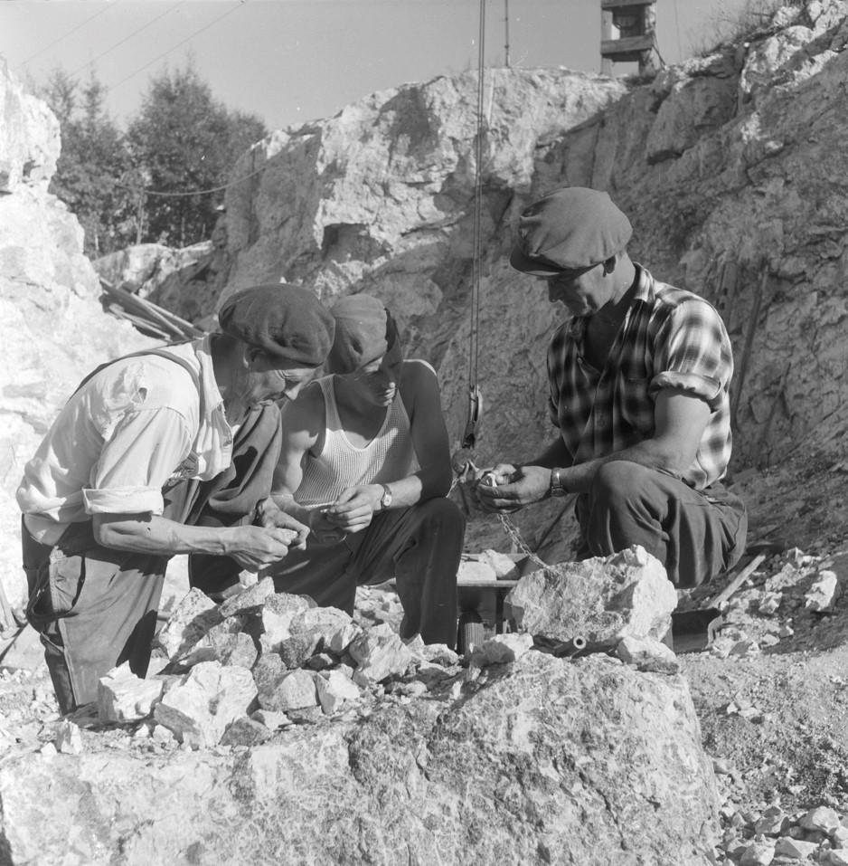 Brødrene Landsverk i en thortveitittgruve i Iveland 1958. Foto: Birger Dannevig