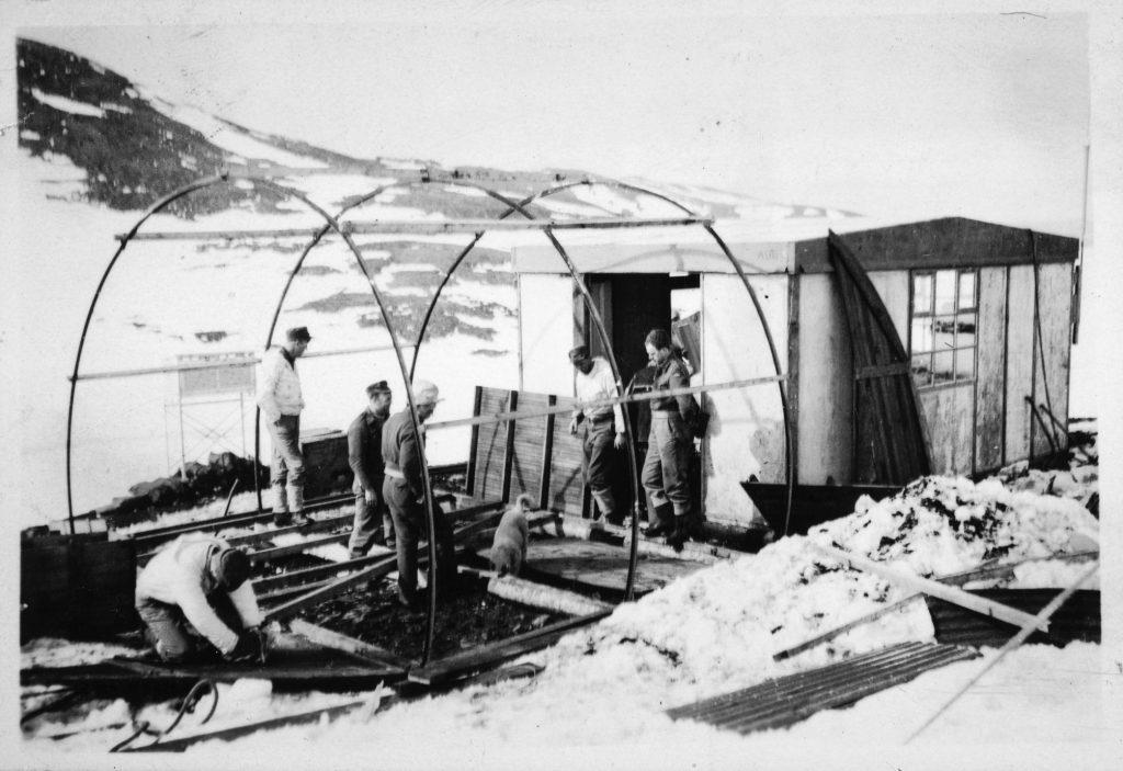 Bygging av en brakke på Jan Mayen 1943-44