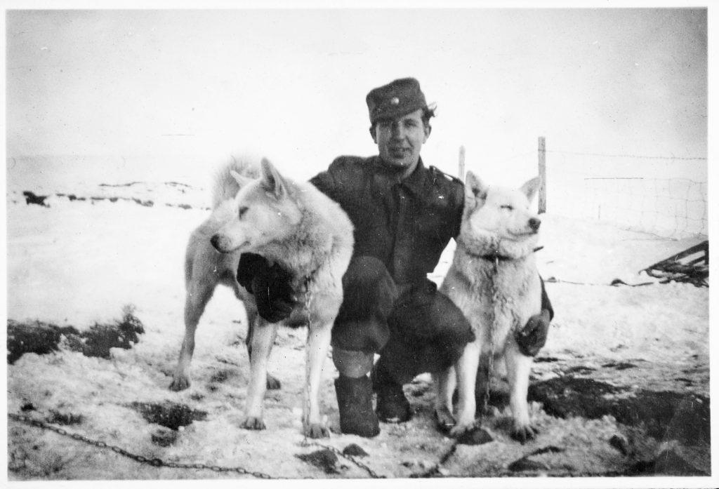 Soldat med trekkhunder på Jan Mayen