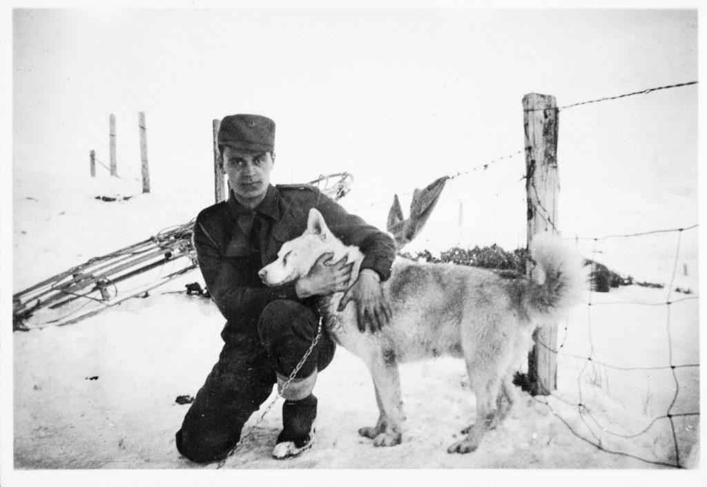 Soldat med trekkhund på Jan Mayen