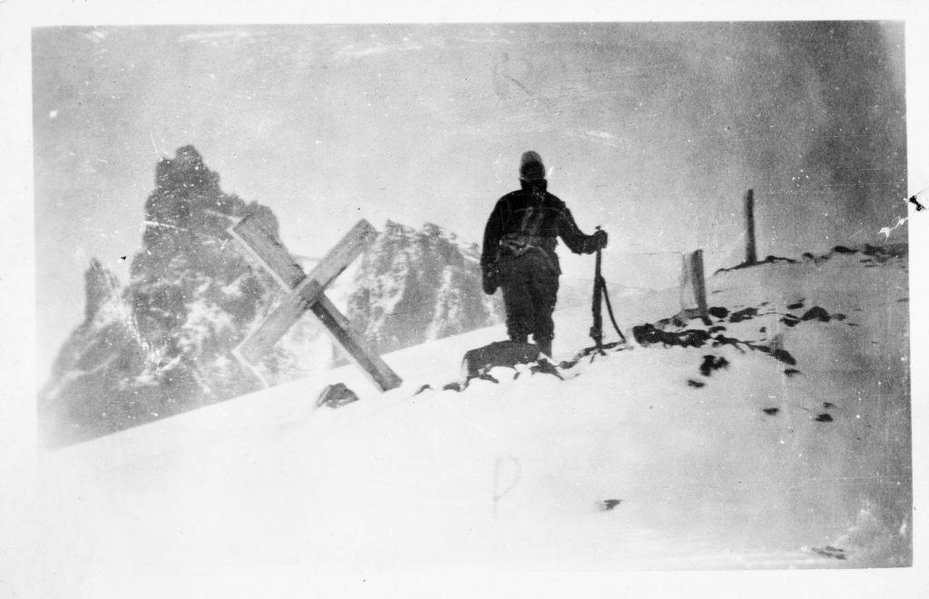 Soldat ved en gammel østerriksk grav