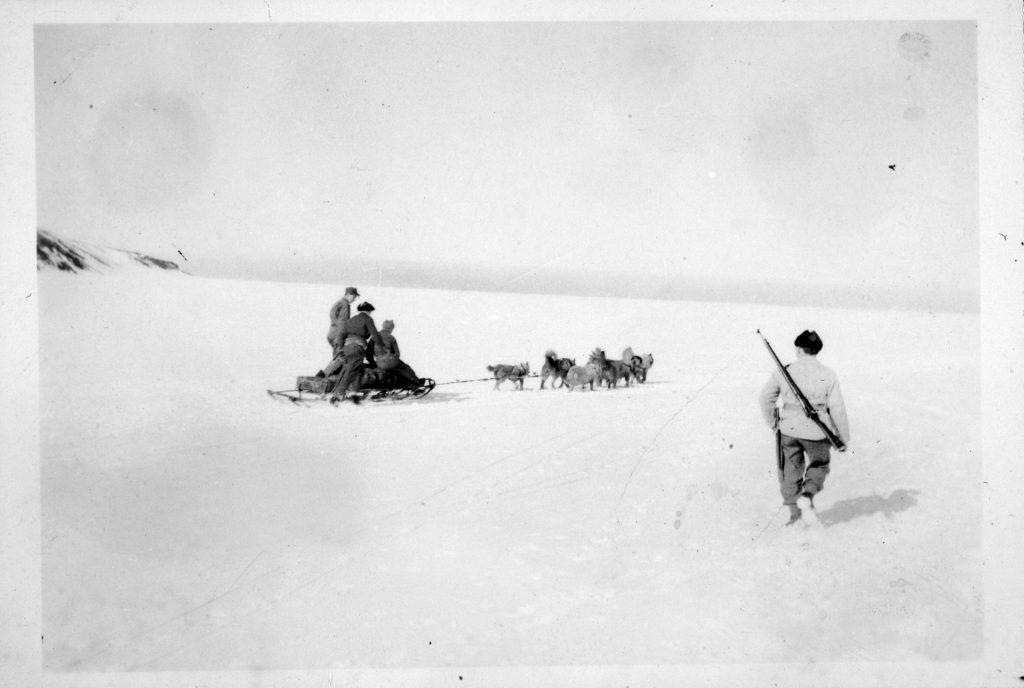 Soldater på tur med trekkhunder på Jan Mayen
