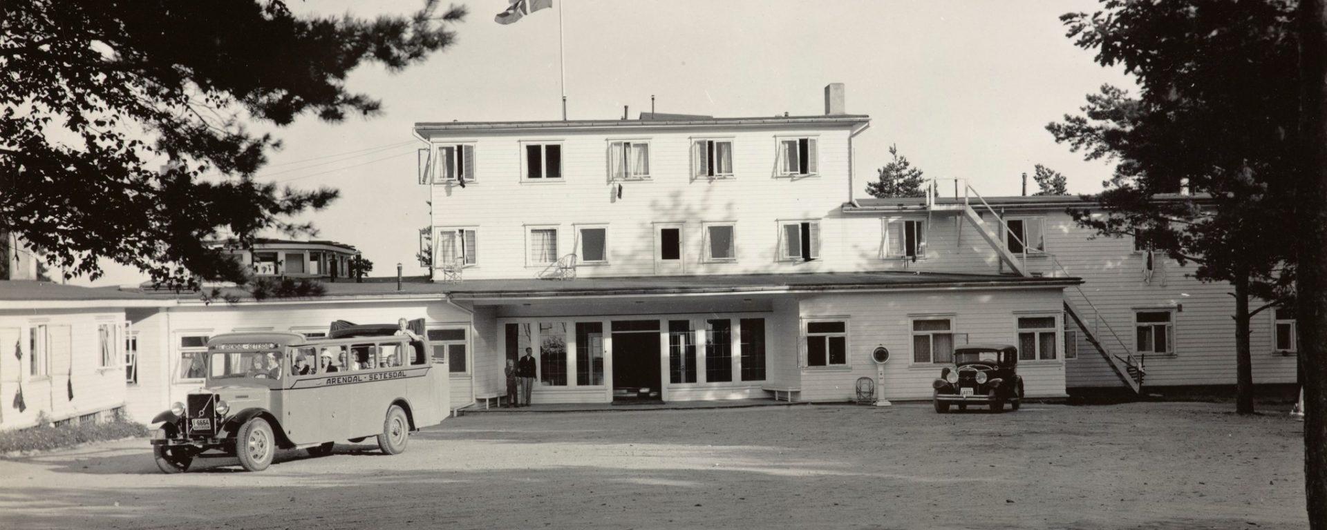 Rutebil ved Strand Hotel Fevik