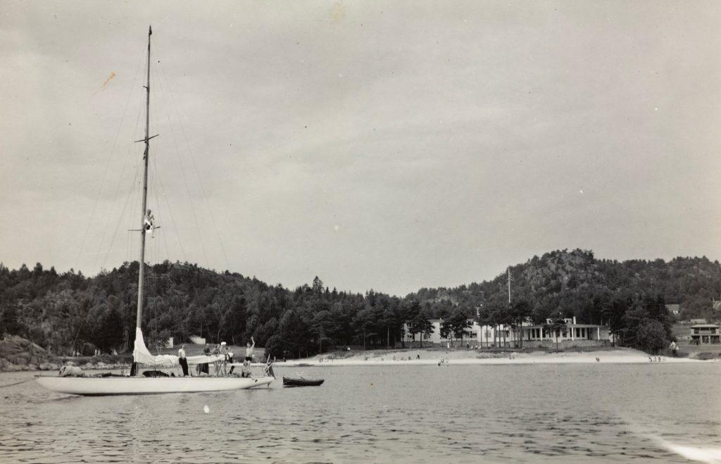 Seilbåt med Strand Hotel Fevik i bakgrunnen
