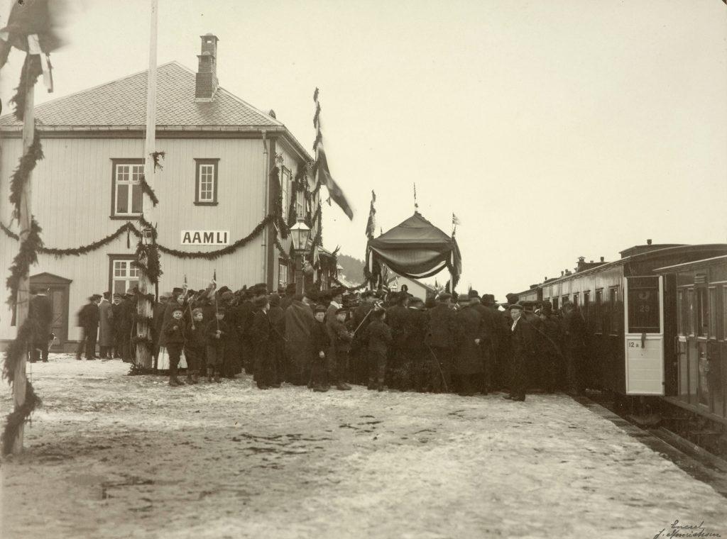Åpning av Åmli stasjon 17.12.1910. Foto: J. Henrichsen