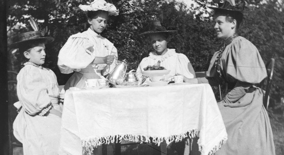 Kaffeslabberas i hagen på Solhaug sommeren 1895
