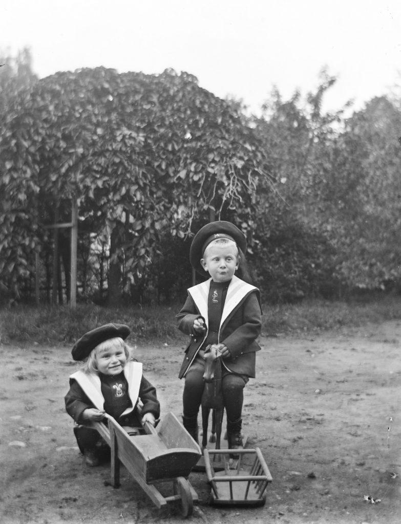 Ludvig Emil Hammer med sin bror, Olav Hammer (sittende) på tunet på Solhaug i september 1904