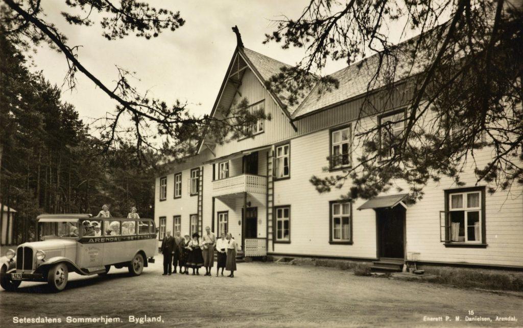 N. Bellands bilruter utenfor Setesdalens Sommerhjem. Foto: P.M. Danielsen