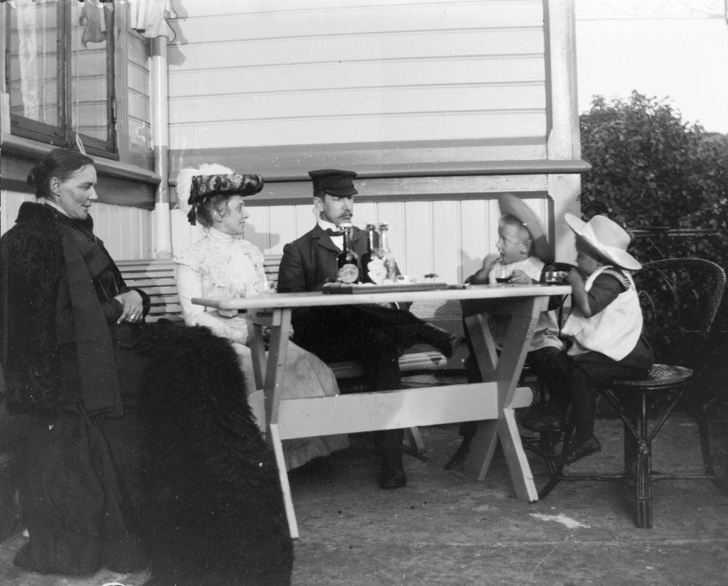 På terrassen på Solhaug i 1903