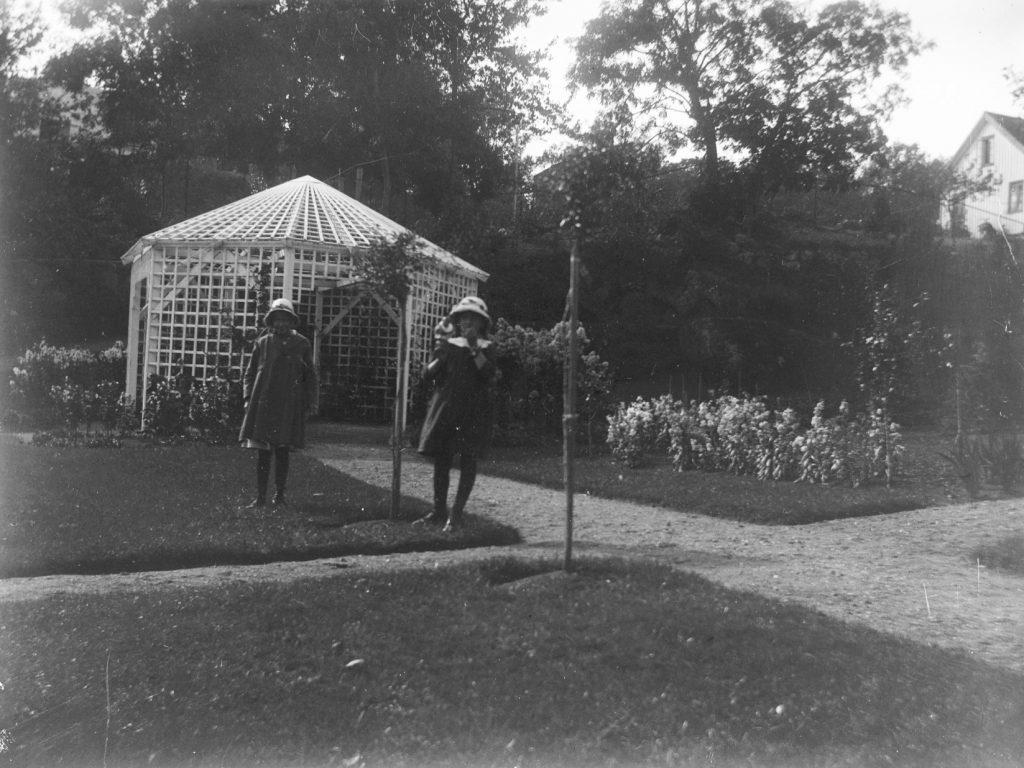 Signe Hammer og Liv Solveig Hammer i hagen på Solhaug, 1918