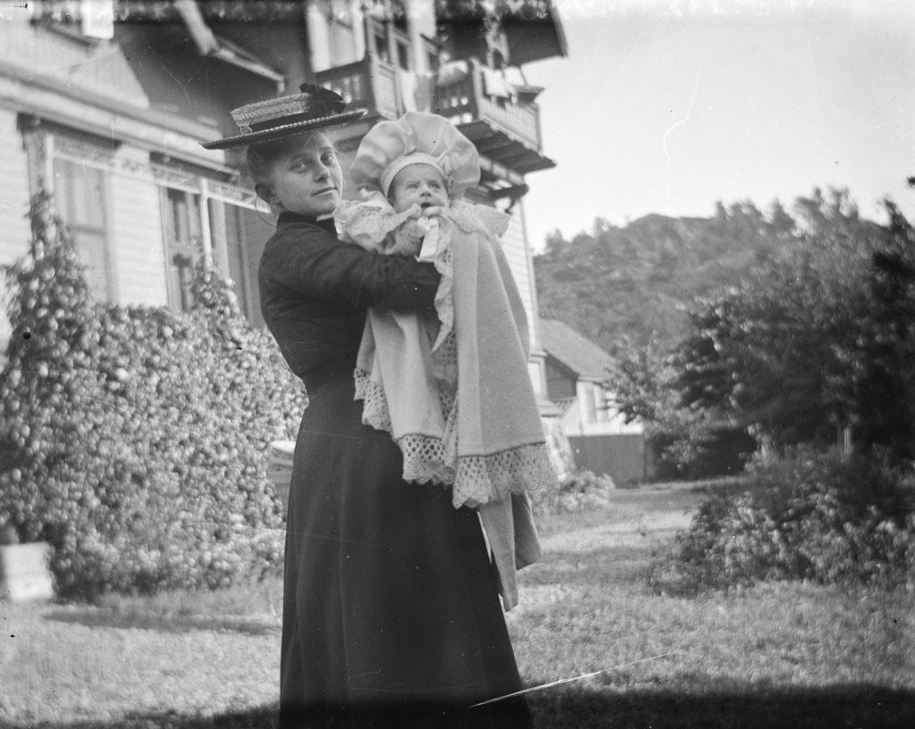 Thyra Hammer med sin førstefødte, Ludvig Emil foran fasaden på Solhaug, august 1899