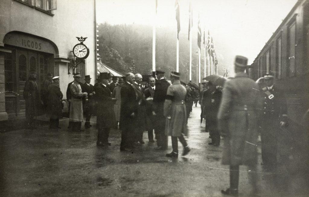 Kong Haakon og kronprins Olav ankommer Arendal stasjon 9. november 1935