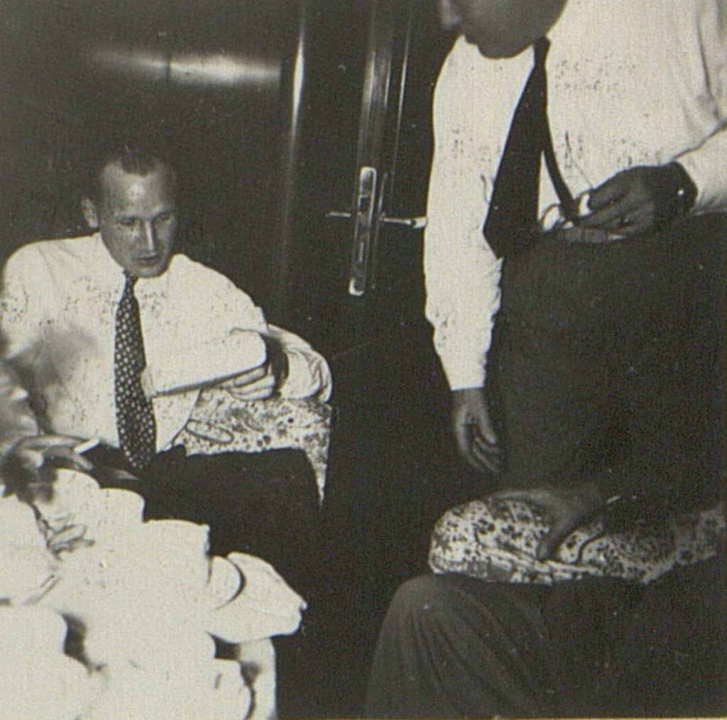 Julegavene deles ut i salongen om bord i M/T Vardaas julaften 1952