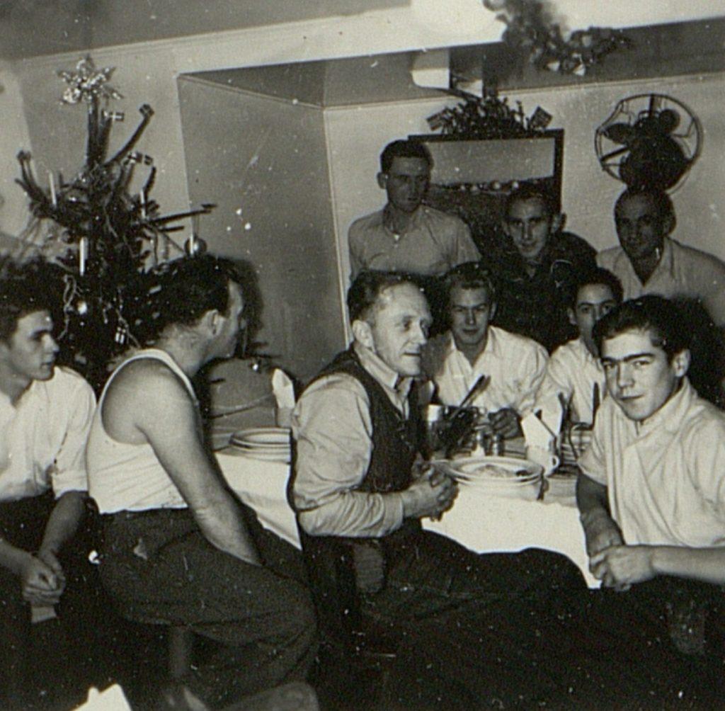 Julemiddag i dekksmessa om bord i M/T Vardaas julaften 1952
