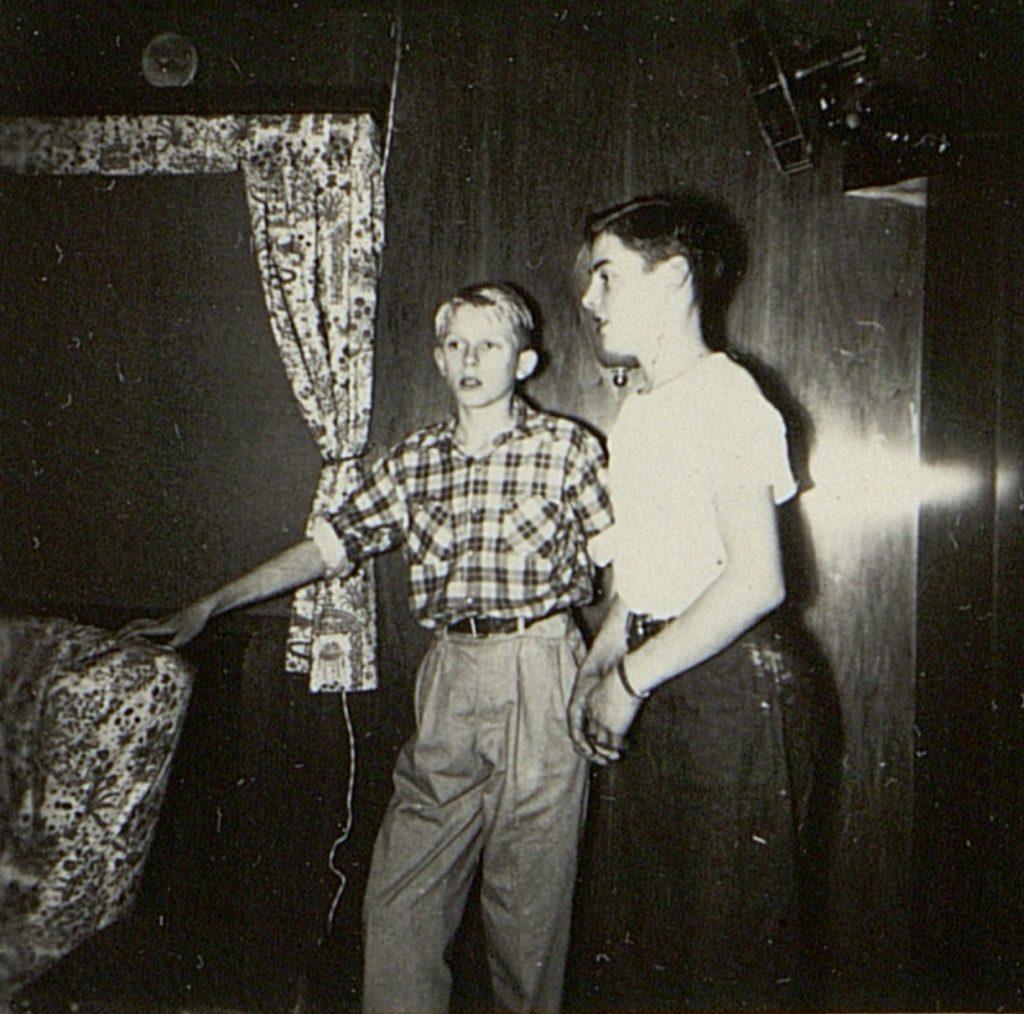 Kai Abrahamsen og Fritz Steller synger duett om bord i M/T Vardaas julaften 1952