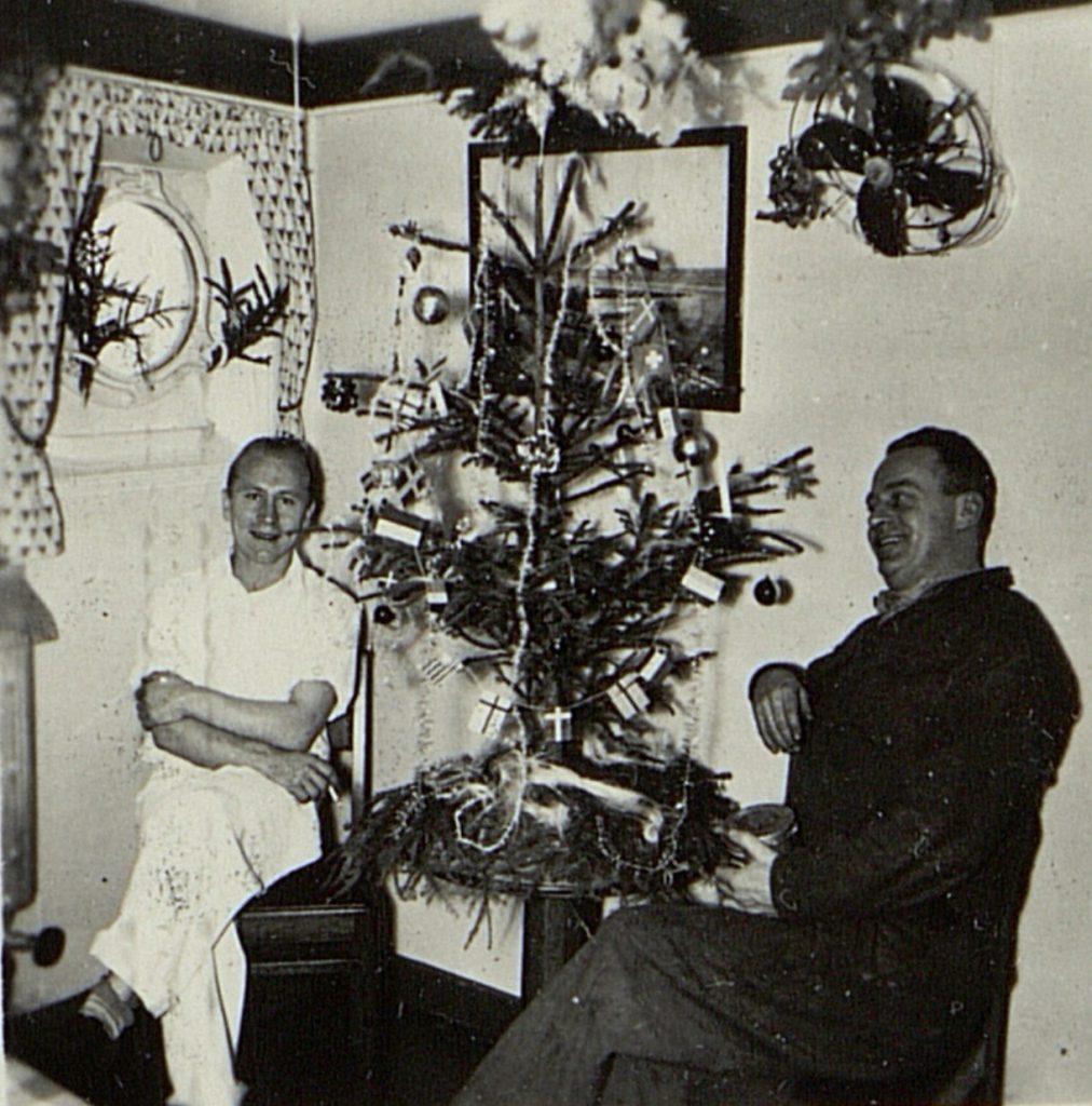 Kokken og stuerten i kokkemessa om bord i M/T Vardaas julaften 1952