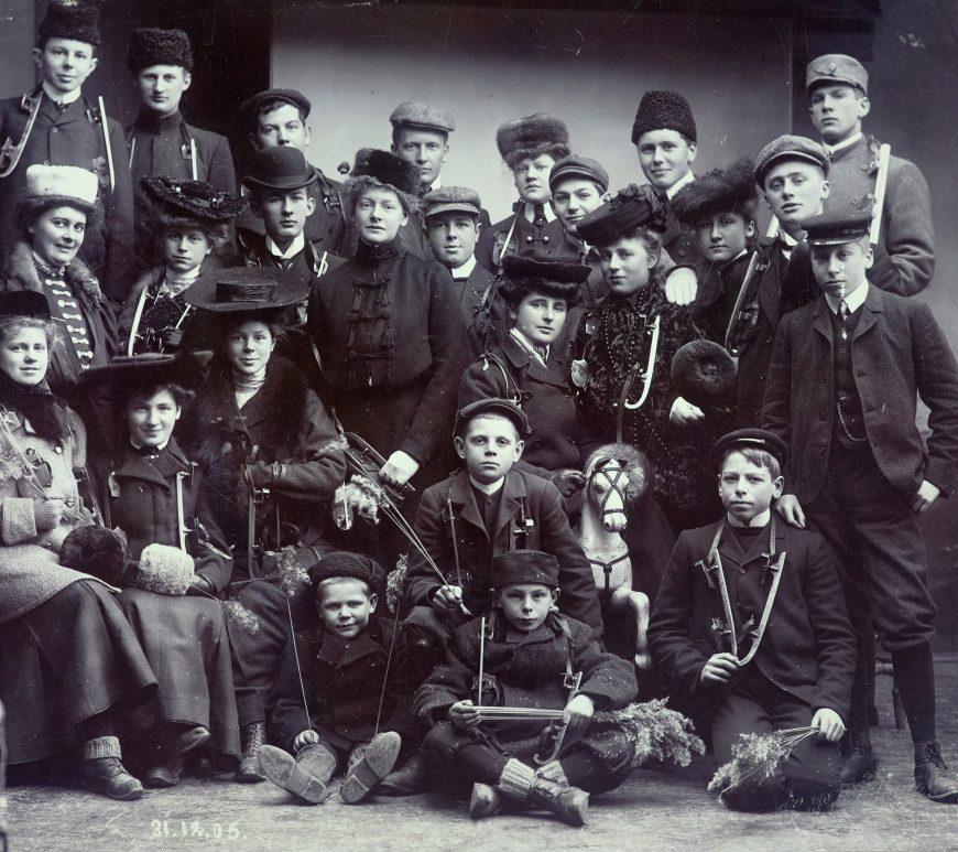 Ungdom og barn fra Arendal med skøyter. Nyttårsaften 1905