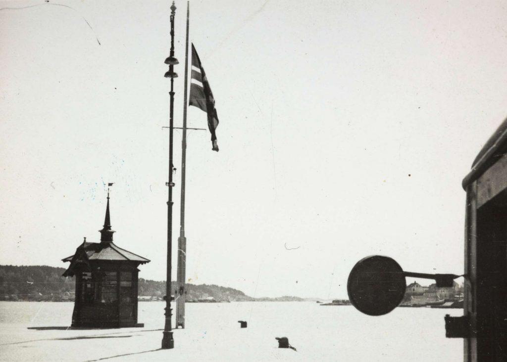 Flagg på halv stang Arendal 17. mai 1940