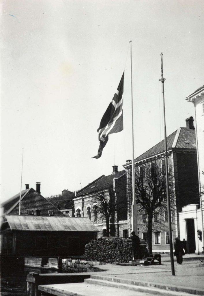 Flagg på halv stang utenfor Arendal rådhus 17. mai 1940
