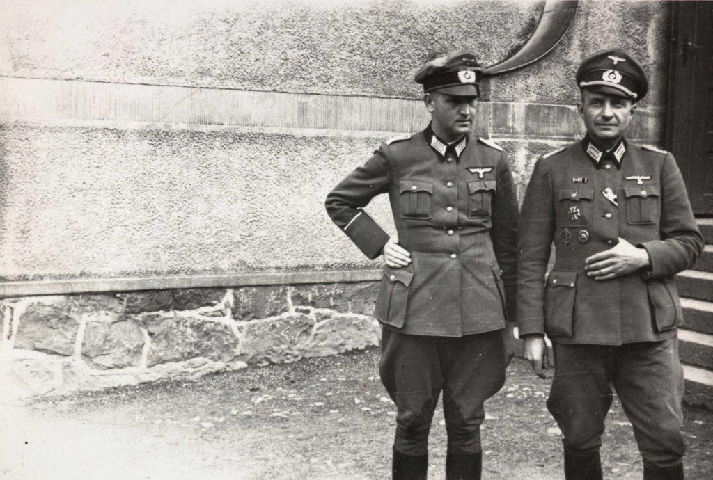 Løytnant von Bredal og rittmester Smith von Wesentahl utenfor Barbu skole