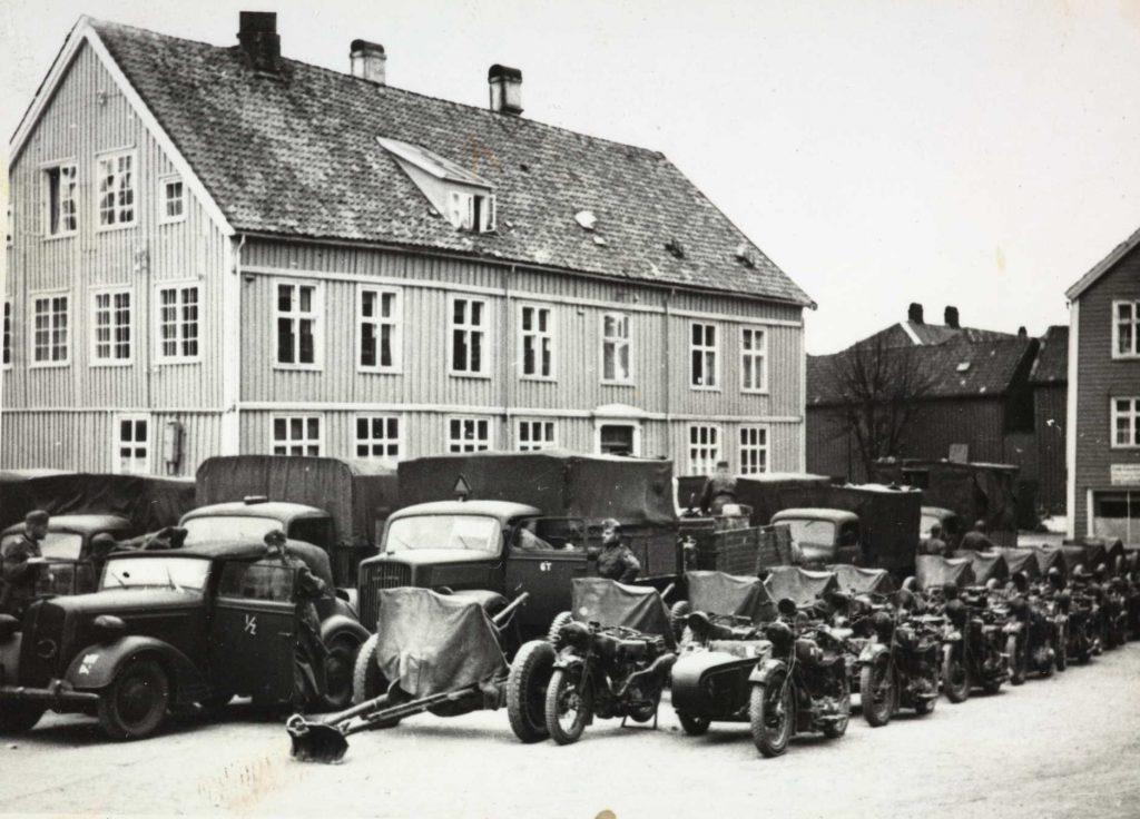 yske motorkjørtøy utenfor Arendal Sparebanks gamle lokaler april 1940