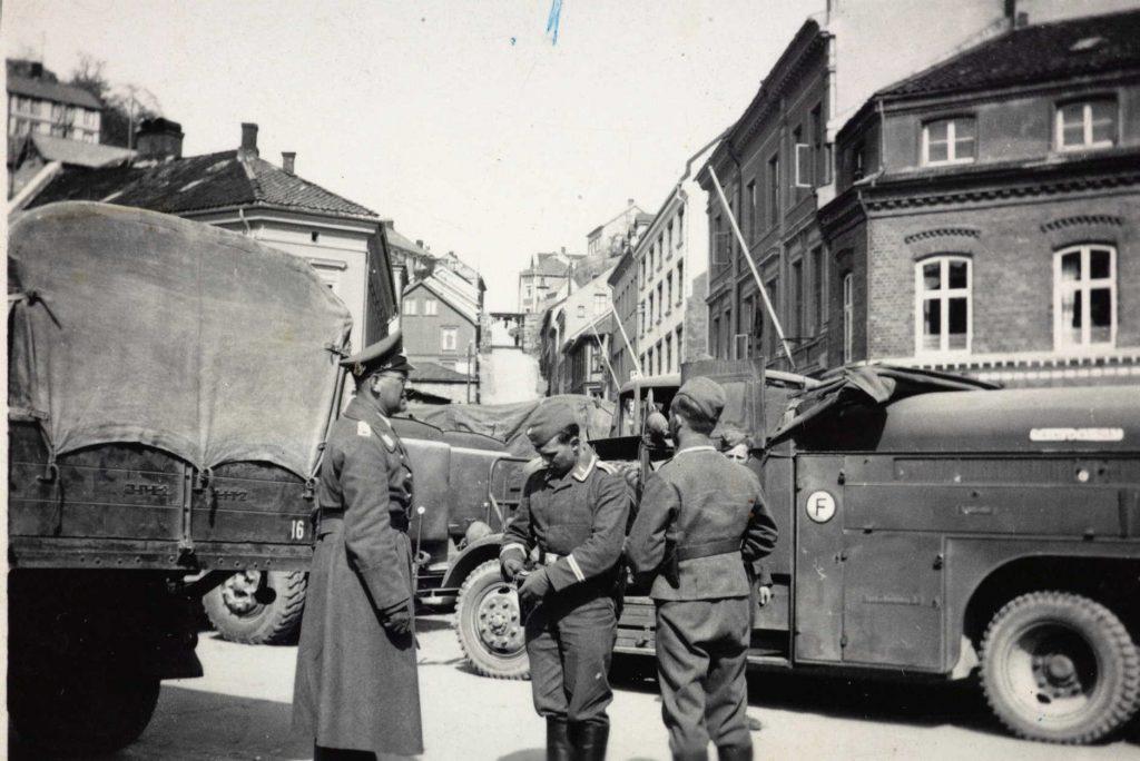 Tyske soldater og materiell på Arendal torv, april 1940