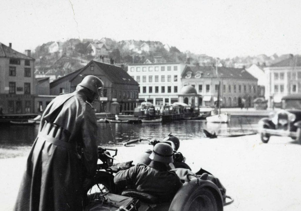 Tyske soldater på motorsykkel ved Pollen i Arendal april 1940