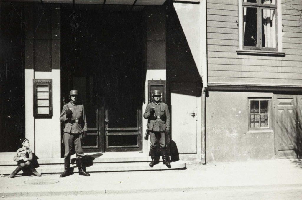 Tyske soldater utenfor Telegrafstasjonen i Arendal 1940