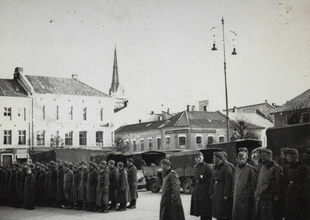 Tyske tropper på Arendal torv 1. pinsedag 1940