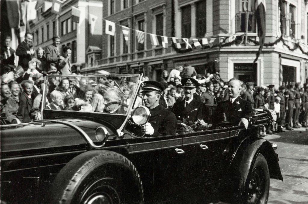 Den kongelige kortesje i Kirkegaten i Arendal 30.08.1945