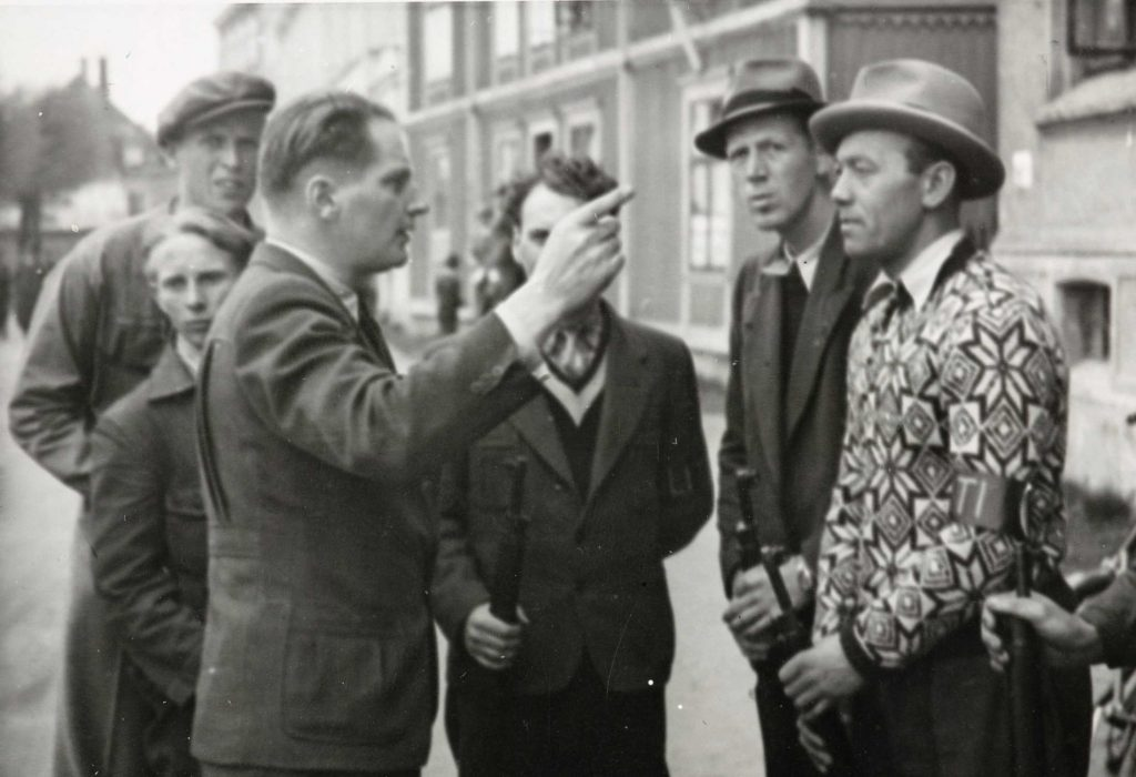 Hjemmefrontleder Wilhelm Tvedt-Gundersen gir instrukser 09.05.1945