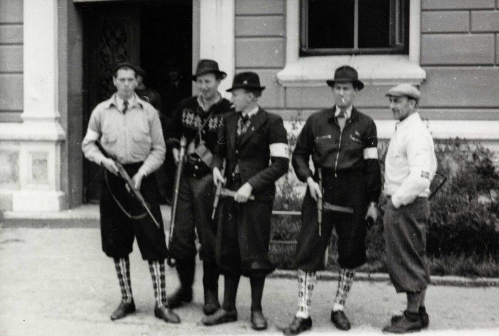 Hjemmestyrker utenfor politikammeret på Tyholmen 09.05.1945