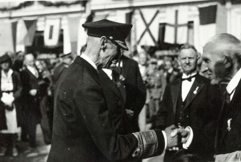 Kong Haakon ønskes velkommen til Arendal 30.08.1945