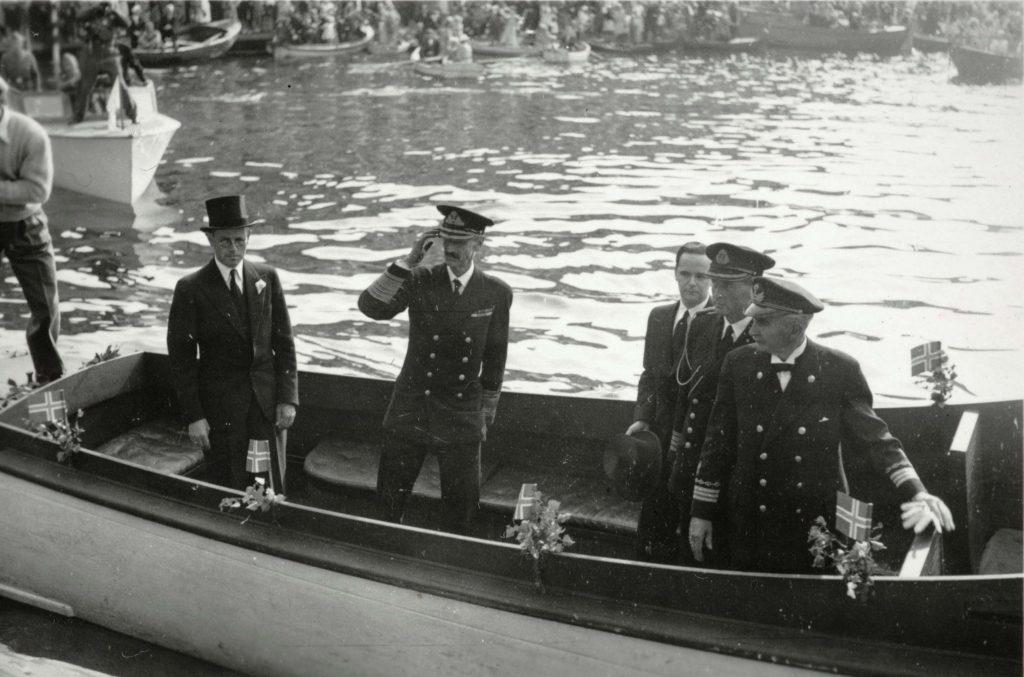 Kong Haakon ankommer Arendal 30.08.1945