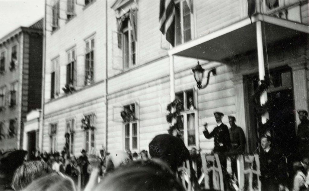 Kong Haakon untenfor Arendal rådhus 30.08.1945