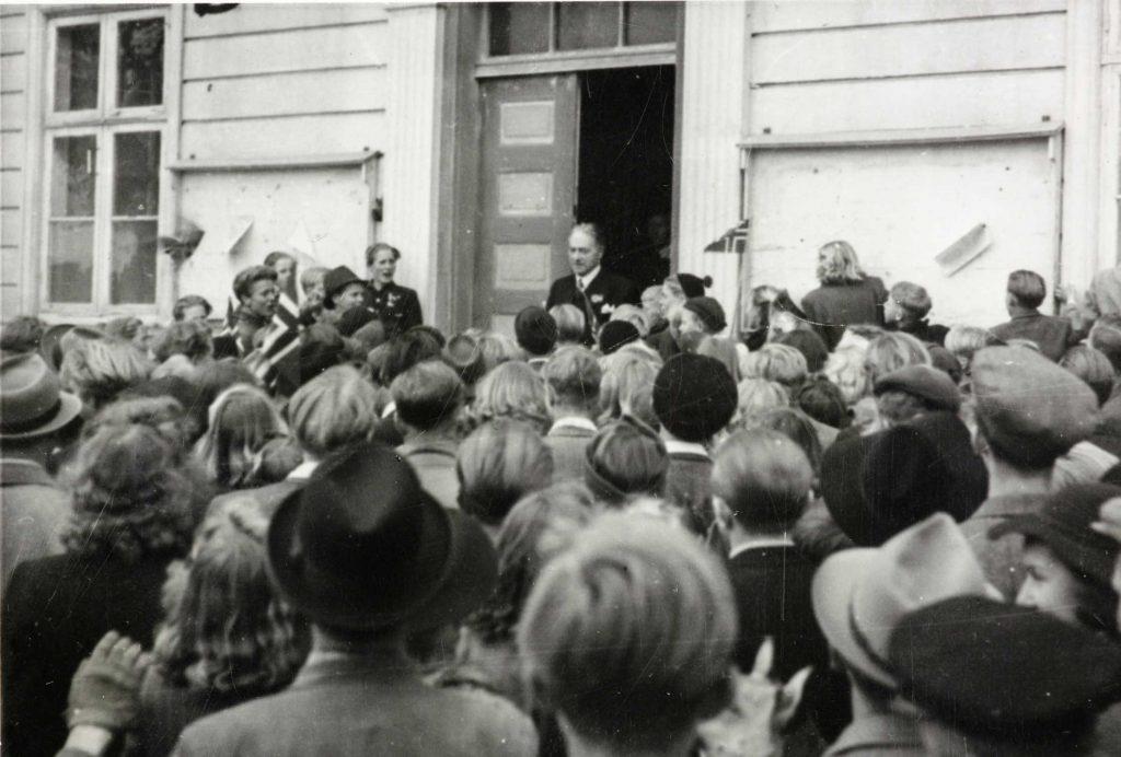 Ordfører Barth utenfor Arendal rådhus 9.05.1945