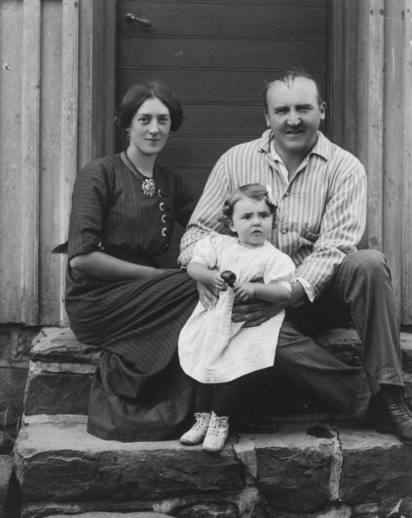 Skuespiller Harald Stormoen med familie på Borøya 1912