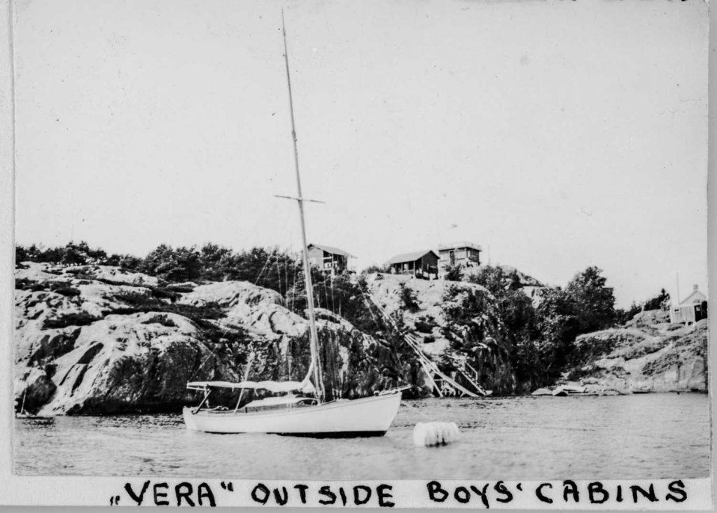 Leirens egen seilbåt Vera. I bakgrunnen skimtes guttas hytter på Batteriheia
