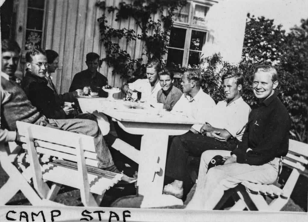 Leirlederne inntar et måltid utenfor hovedhuset på Rosenberg