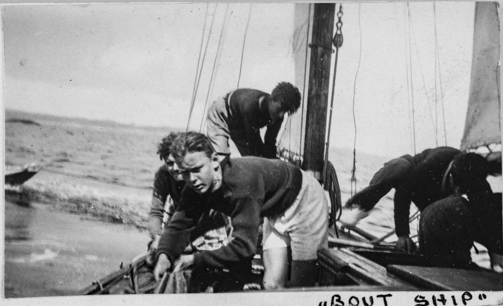 På seiltur under Sørlandets Sommerleir i Lillesand på 1930-tallet