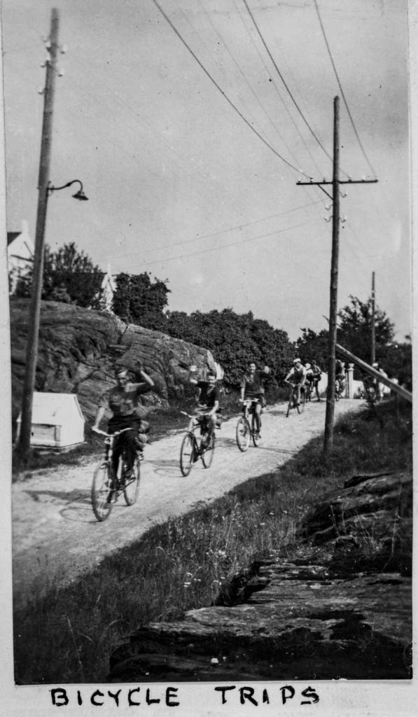 På sykkeltur under Sørlandets Sommerleir i Lillesand på 1930-tallet