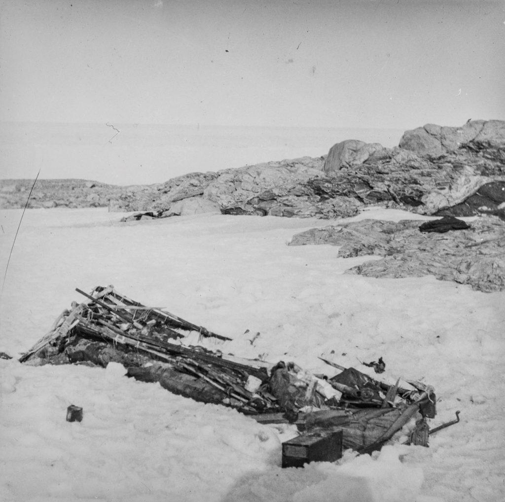 Rester etter S. A. Andrees Nordpolekspedisjon. Funnet på Kvitøya 1930. Foto: Trolig Adolf Sørensen