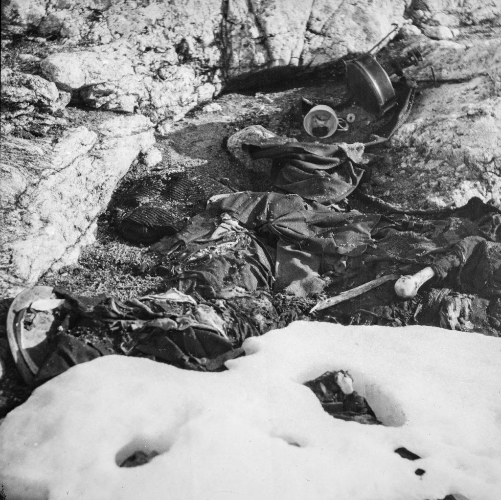 Levninger etter ekspedisjonsleder S. A. Andrees. Funnet på Kvitøya 1930. Foto: Trolig Adolf Sørensen