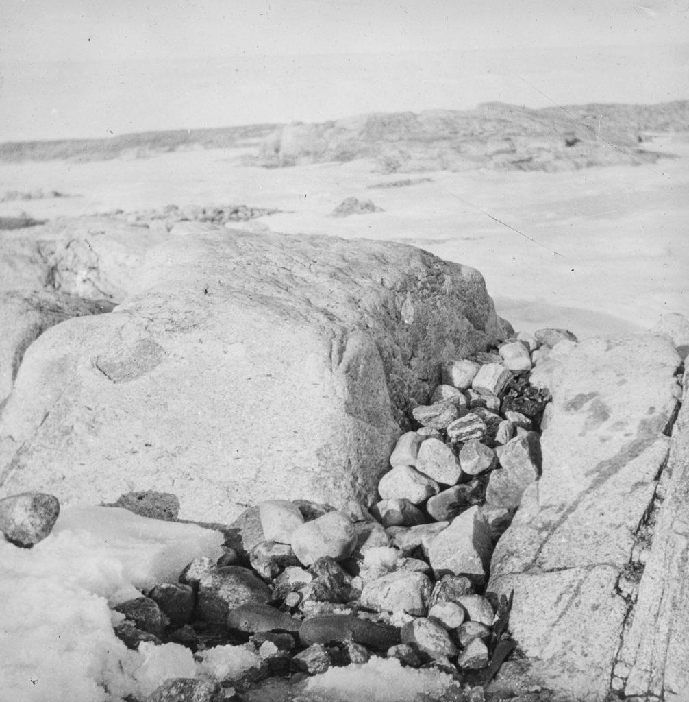 Graven til Nils Strindberg. Funnet på Kvitøya 1930. Foto: Gunnar Horn