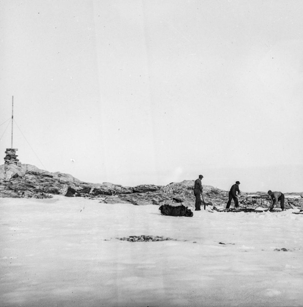 Mannskap fra M/S Bratvaag på Kvitøya 1930. Foto: Trolig Adolf Sørensen
