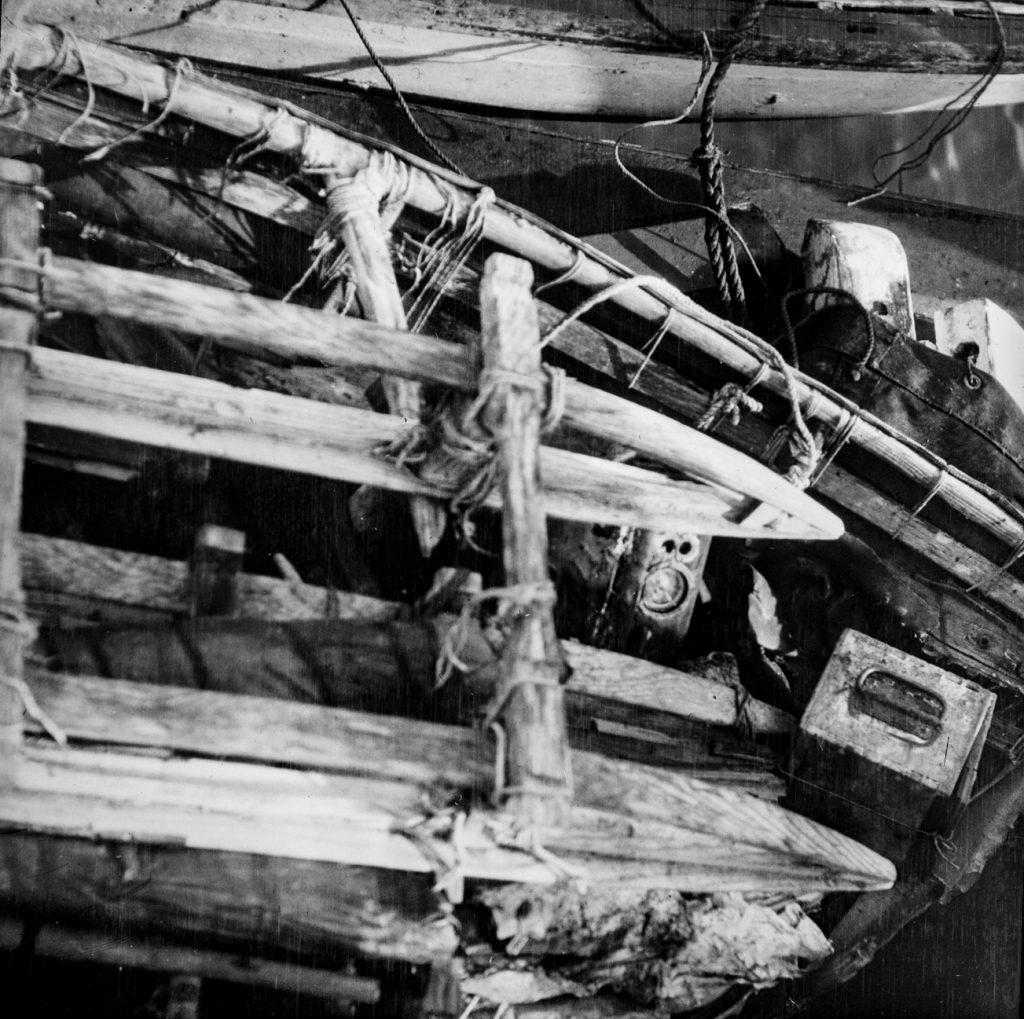 Rester av seilduksbåt med utstyr fra S. A. Andrees Nordpolekspedisjon. Funnet på Kvitøya 1930. Foto: Trolig Adolf Sørensen
