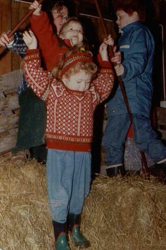 """Hopping i høyet under """"Jul i fjøset"""" på Holt landbruksskole 11.12.1994"""