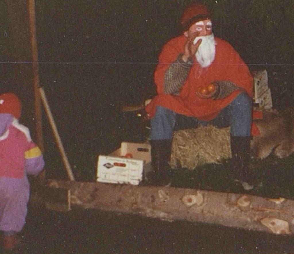 "Julenissen under ""Jul i fjøset"" på Holt landbruksskole 11.12.1994"