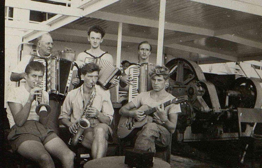"""Skipsorkesteret om bord på M/T """"Vardaas"""" 1950"""