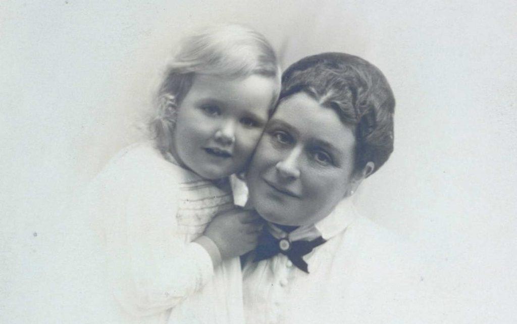 Elise Løvold med sitt barnebarn Sigrid Ring Hartmann